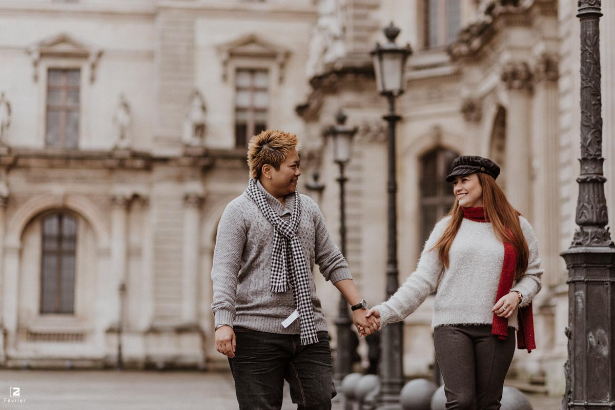 lesbian-photoshoots-beautiful-lesbian-couple-hold-hand-walking-at-louvre-museum-paris