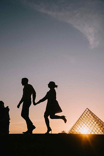 couple-poes-silhoutte-romantic-walking.j