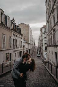 paris-photo-shoot-Couple-kissing-at-Montmartre