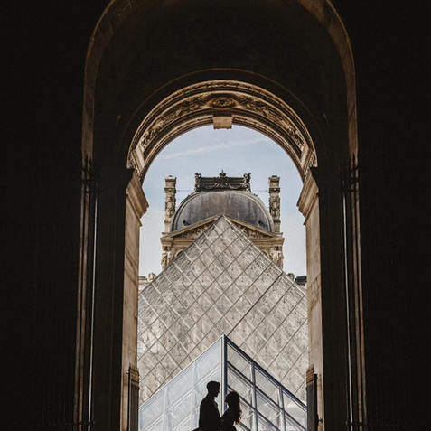 couple-photoshoot-couple-at-louvre-museum