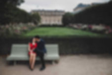 paris-photo-a-couple-kiss-in-palais-roya