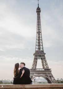 paris-photo-shoot-couple-kiss-at-eiffel-tower