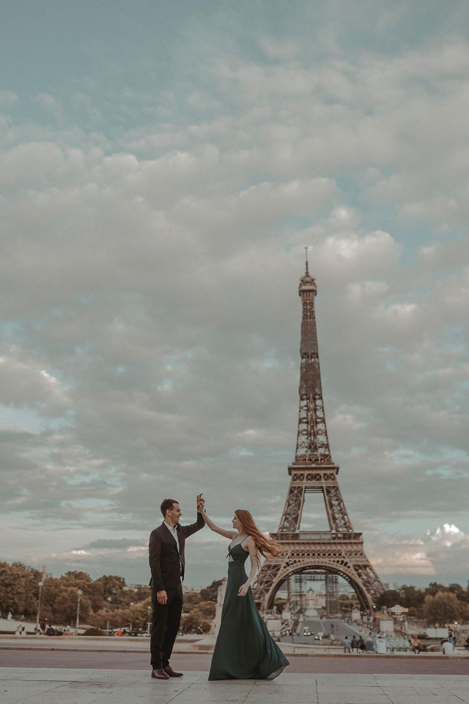 couple-photoshoot-eiffel-tower-paris