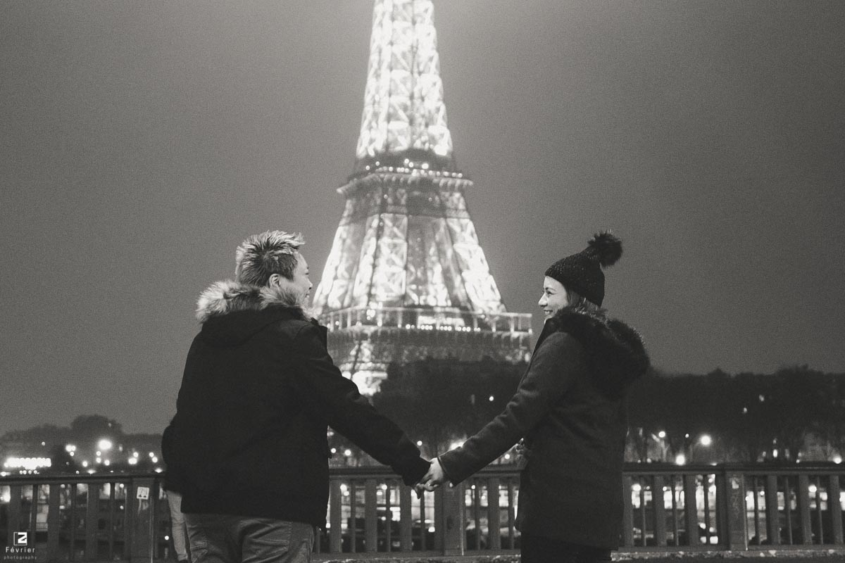 lesbian-photoshoots-beautiful-couple-look-at-each-other-smile-eiffle-tower