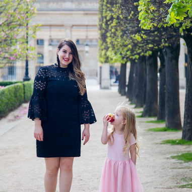 paris-family-photoshoot-cute-litte-girl-looks-at-her-mom