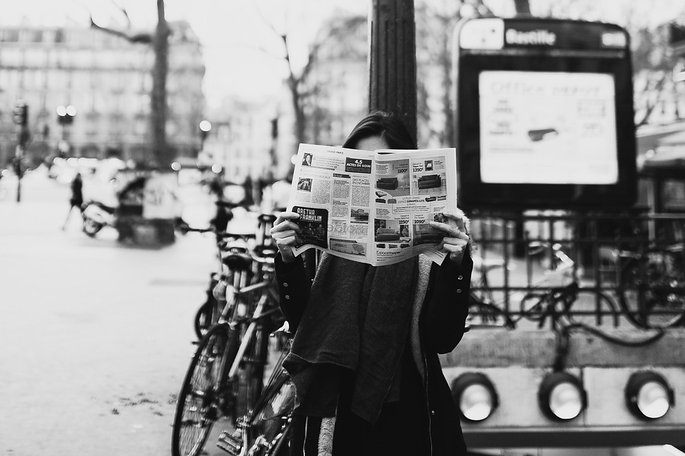 paris-street-photography-black-and-white-girl-reading-newspaper