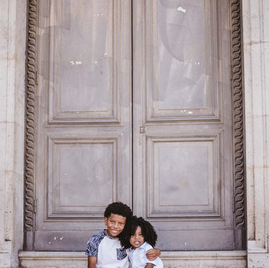 paris-family-photoshoot-brother-hug-each-other