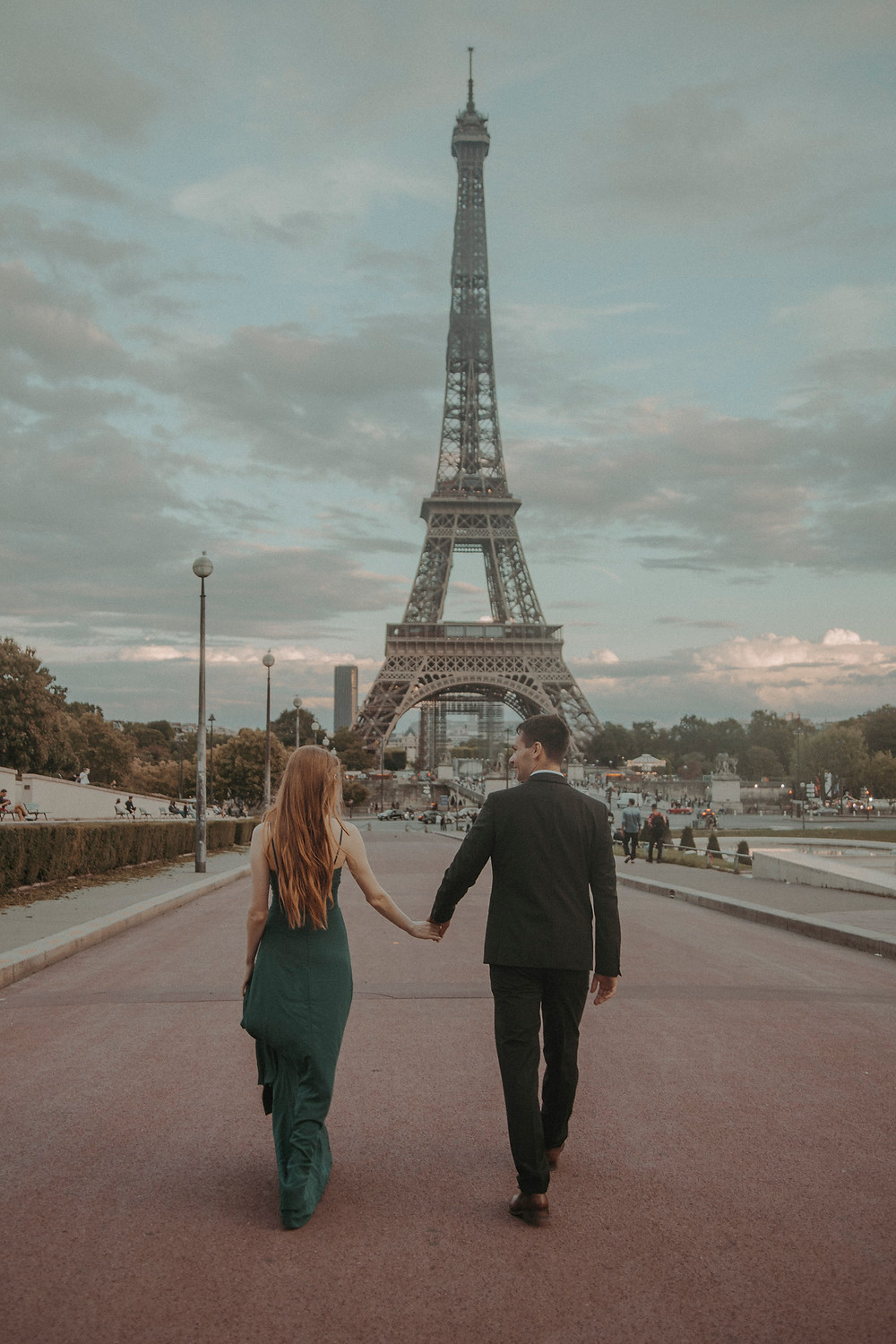 couple-photo-at-eiffel-tower