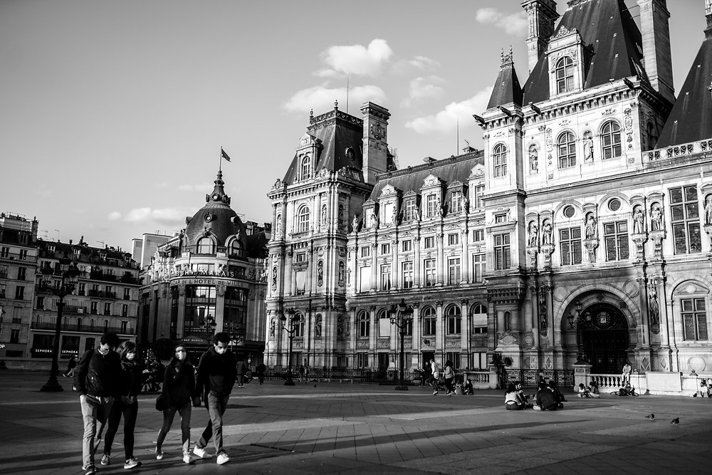 paris-street-photography-black-and-white-hotel-de-ville-people-on-the-street-with-masks
