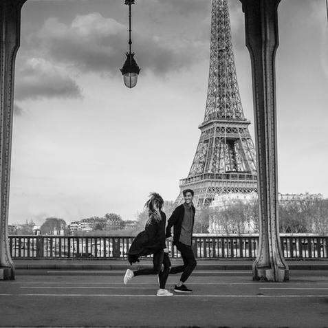 couple-photo-shoot-couple-holding-hand-running-at-pont-de-bir-hakeim-eiffel-tower