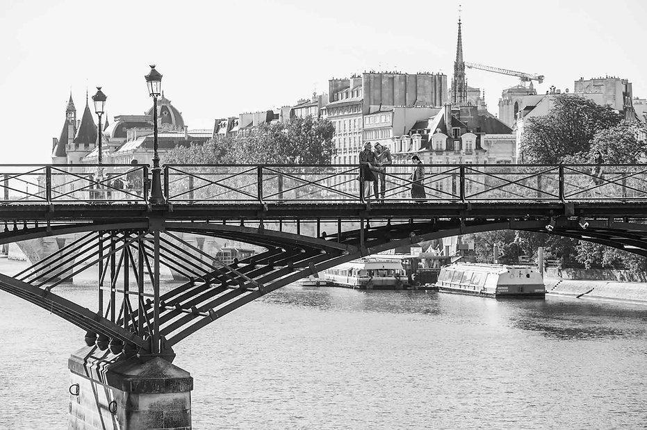 paris-photography-locations-pont-des-arts-black-and-whit