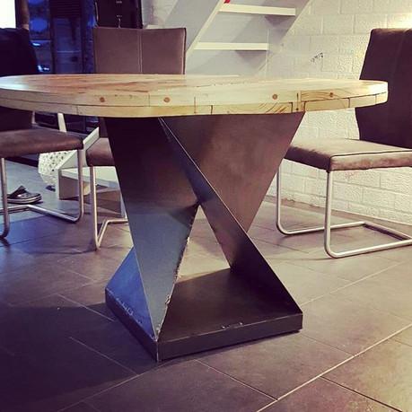 Pied industriel pour une table de salle