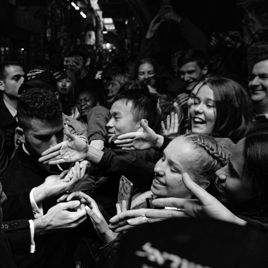 Le Président Emmanuel Macron rencontre des touristes lors d'une visite de la vieille ville de Jérusalem, Israel, janvier 2020.