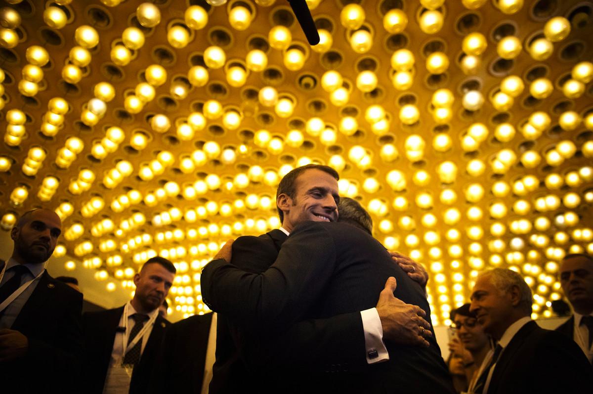 Le Président Emmanuel Macron salue une dernière fois le Président Arménien à la fin d'un visite d'état en Arménie, octobre 2018.