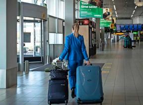 KLM mag jongere stewardessen in dienst houden