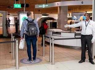 """FNV eist onderzoek: """"Met snotneus en koorts toch verplicht naar werk op Schiphol"""""""