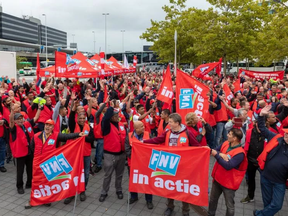 """Ultimatum voor Schipholbaas Benschop: """"Wij eisen een leefbaar loon"""""""