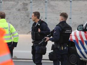 Man aangehouden voor bommelding Schiphol, niets aangetroffen in vliegtuig