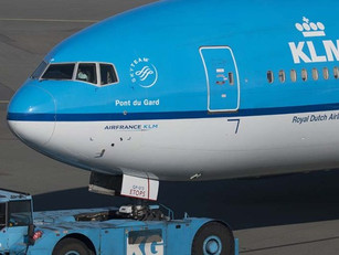 Gloednieuwe KLM 777 start pushback mét passagiersbrug