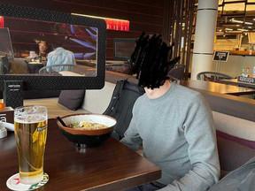 Tim (24) ging via een Ryanair-ticket uit eten: 'Ik kon zo doorlopen'