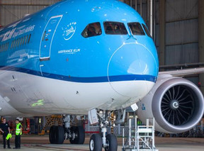 KLM en Schiphol doen oproep voor internationale bijmengverplichting duurzame brandstof