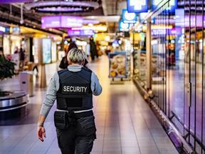 Beveiligers op Schiphol in de knel na overplaatsing naar andere werkgever