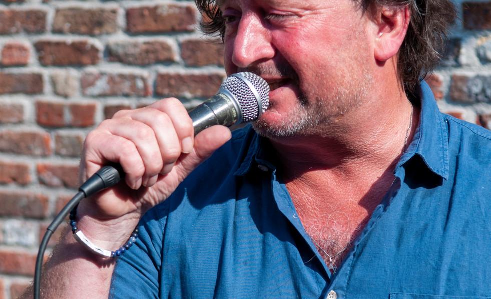Niels singing.jpg