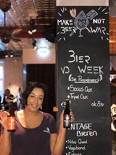 Bier en serveerster.jpg