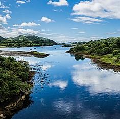 """Clachan Sound, du Clachan Bridge ou """"Pont de l'Atlantique"""", entre l'île de Seil et l'Écosse continentale"""