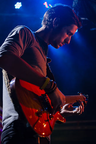 guitarist-playing-guitar-on-stage-3QHKKE