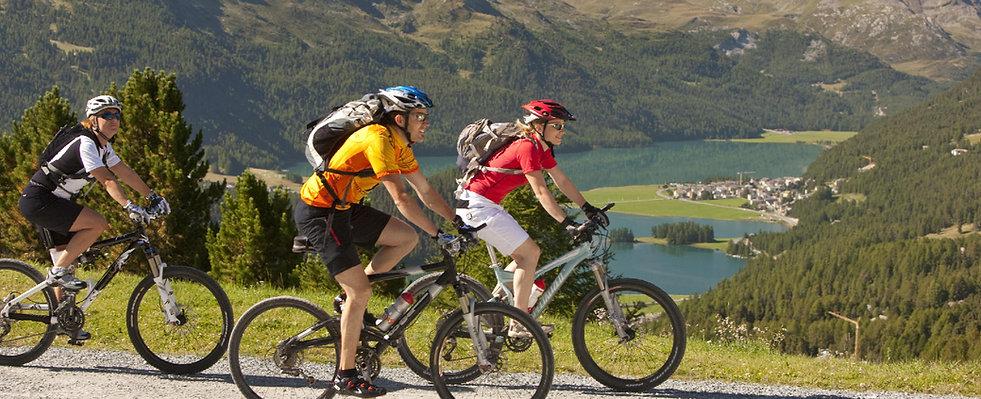 fahrradfahrer in den bergen