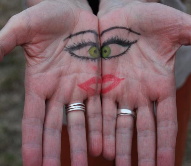 Le regard dans les mains.jpg