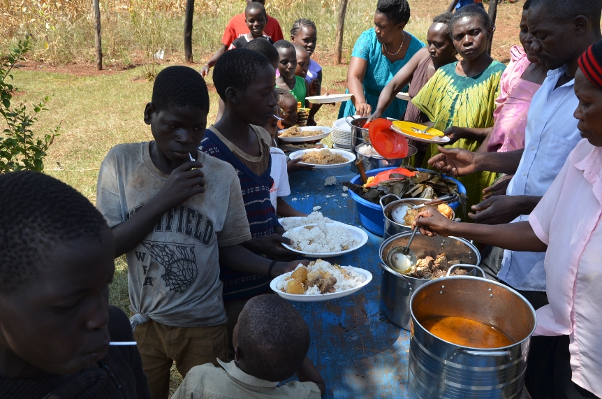 Ready for the common meal! A very special time for the street children!
