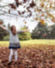 fille feuilles qui tombent robe