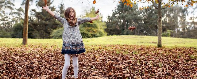 meisje jurk vallende bladeren