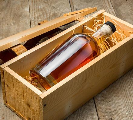 Licor en una caja de madera