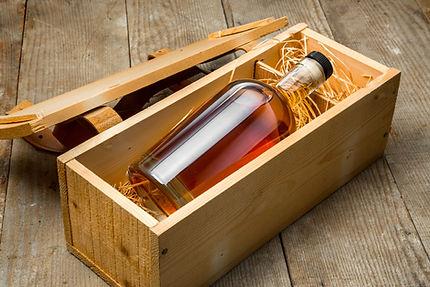 Des alcools dans une boîte en bois