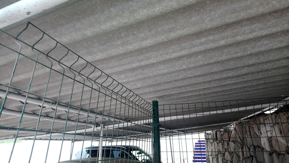 Espanjassa asbestipitoista levyä oli käytetty autotallin kattomateriaalina. Suomessa asbestipitoinen kovalevy in yleinen näky esimerkiksi saunoissa kiukaan yllä.