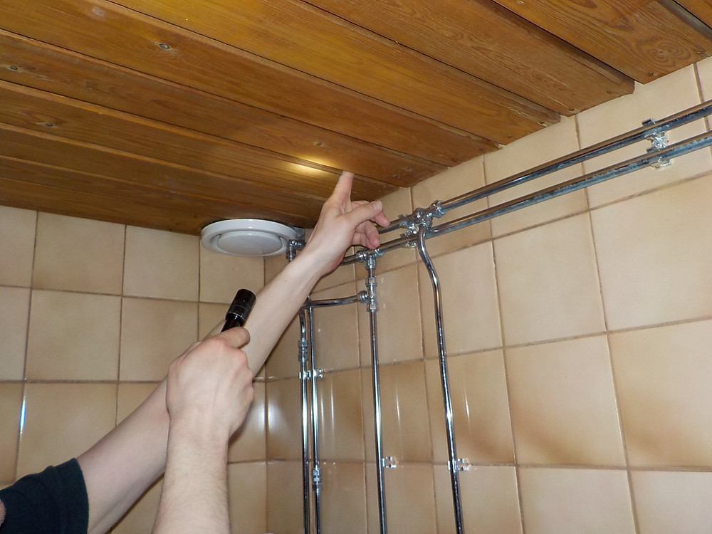 Kattopaneloinnin alla voi olla asbestipitoinen rakennuspahvi, josta pitäisi ottaa näyte asbestikartoitusta tehdessä.