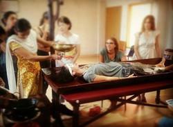 Dhara - fluir_Típica Terapia Ayurveda Massagem em India.