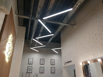 Монтаж подвесных светильников на тросиках зиг-загом в пиццерии