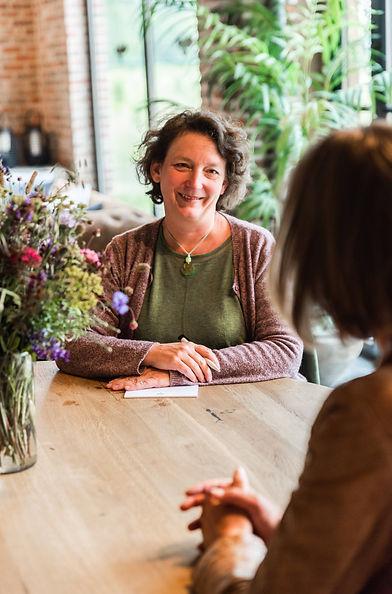 Claire Weiler coachend luisteren met bloemen