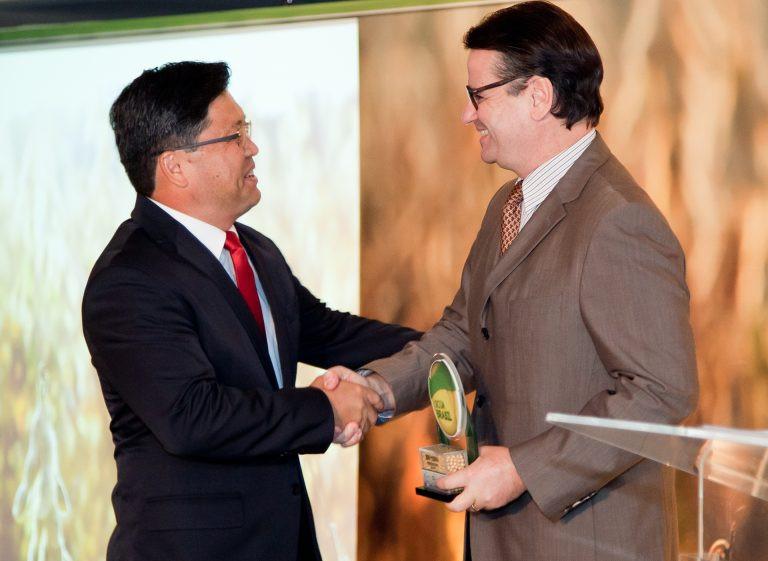O produtor Sidney Fujivara recebe o prêmio de Personagem Soja Brasil das mãos do presidente do Canal Rural Donário.Lopes de Almeida