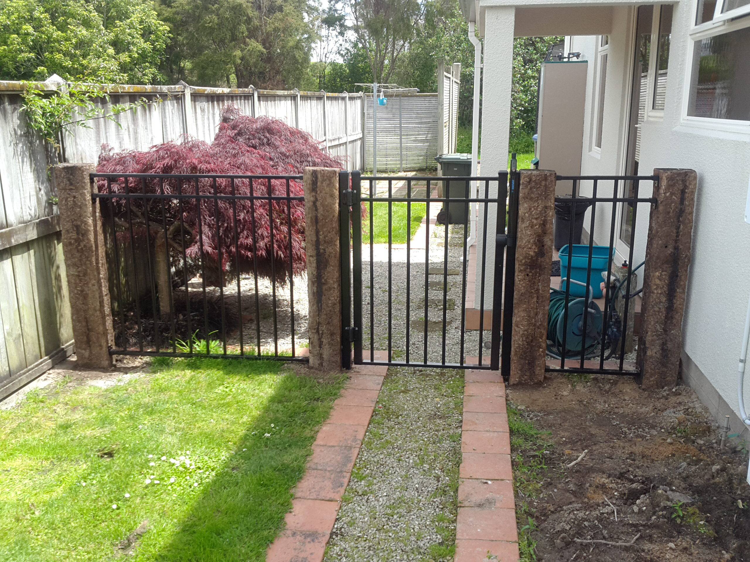 Aluminium gate and panels including sleeper posts CDM 7 profile