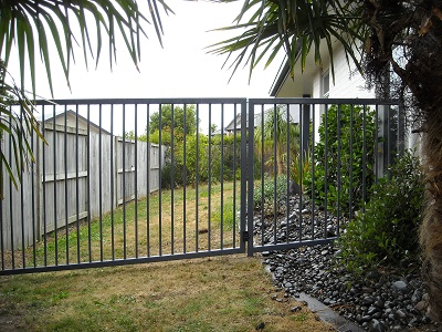Bevelled base aluminium gate