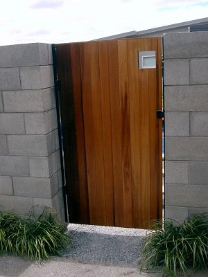 Cedar_pool_gate_1