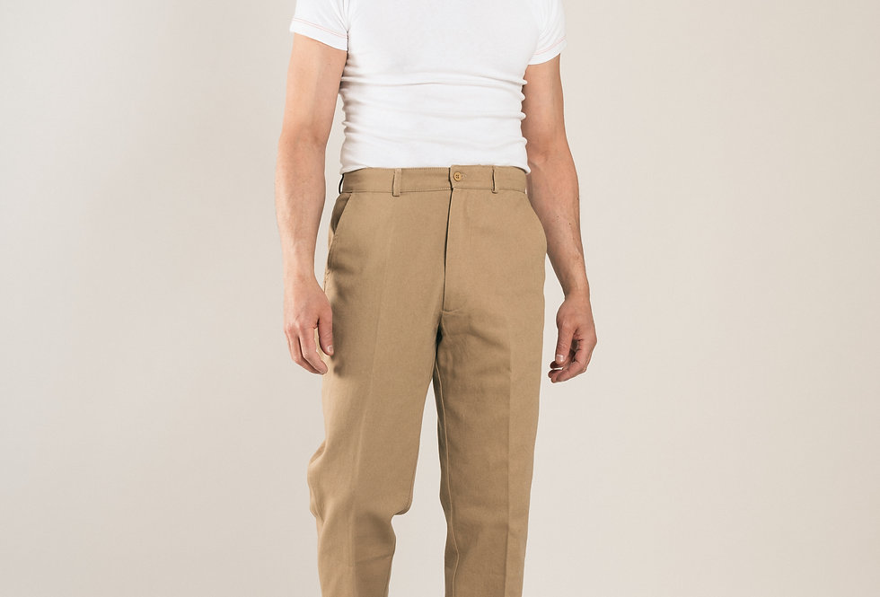 Casatlantic - El Jadida in khaki. Inspired by the 1960s. Straight fit with a slighty narrower leg.