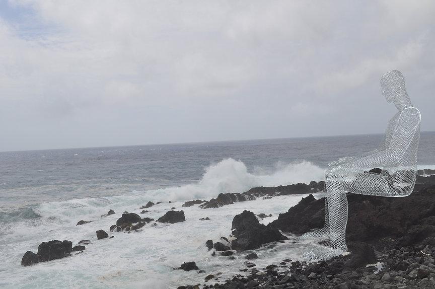 黒い岩の海岸の人.jpg