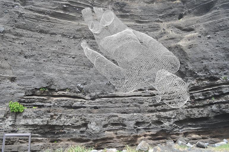 岩の中に寝る.jpg