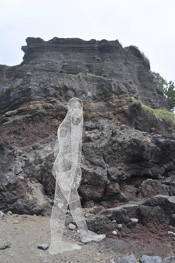 海辺の岩の方へ.jpg